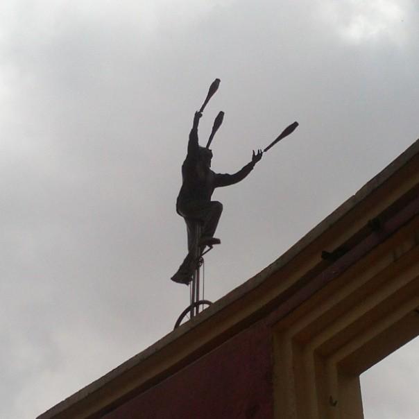 Malabarista en las alturas en el barrio de La Candelaria de Bogotá